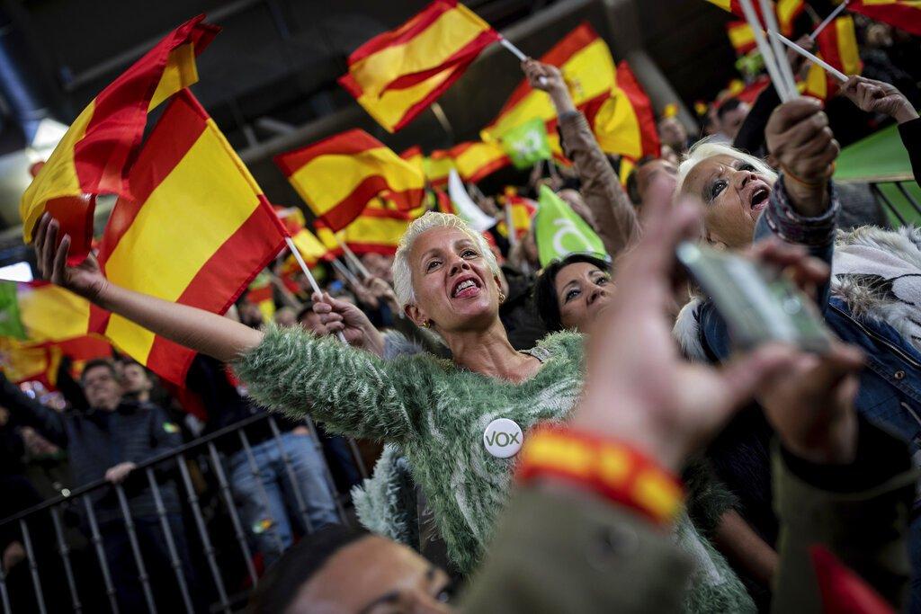 En esta imagen, tomada el 6 de abril de 2019, seguidores de la formación de ultraderecha Vox ondean banderas de España durante un acto del partido en Leganés, a las afueras de Madrid, España. Foto: Bernat Armangue / AP.