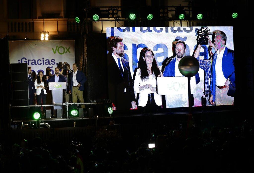 Santiago Abascal, líder del partido de extrema derecha Vox (segundo por la derecha en la pantalla de video), se dirige a sus seguidores tras las elecciones generales, en Madrid, el 28 de abril de 2019. Foto: Manu Fernández / AP.