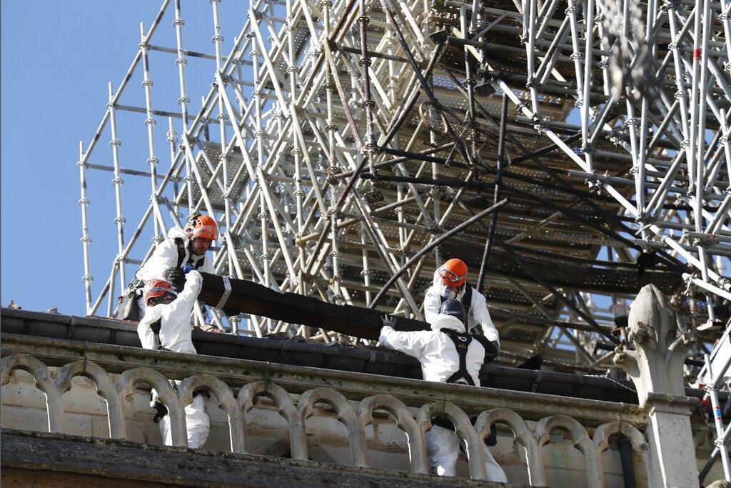 Trabajadores instalan protecciones en la catedral de Notre Dame el miércoles 24 de abril de 2019 en París. Foto: Thibault Camus / AP.