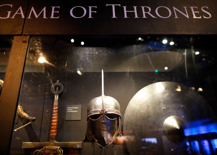 "En esta foto del 10 de junio del 2014, armas de ""Game of Thrones"" se exhiben en Waterfront Hall, en Belfast, Irlanda. Foto: Peter Morrison / AP."