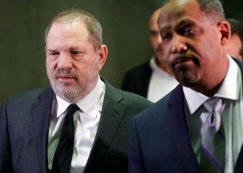 Harvey Weinstein, a la izquierda, sale de la corte con el abogado Ron Sullivan en Nueva York, el 25 de enero del 2019. Foto: Mark Lennihan / AP.