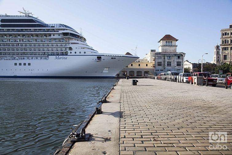 Vista del edificio del puerto de La Habana donde atracan los cruceros, que es reclamado por una familia estadounidense ante la activación plena de la Ley Helms-Burton. Foto: Claudio Pelaez Sordo.