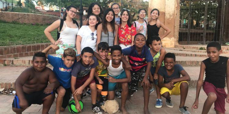 Integrantes del Proyecto Dale durante su viaje a Cuba junto a niños cubanos. Foto: Cortesía de Maday Martínez.