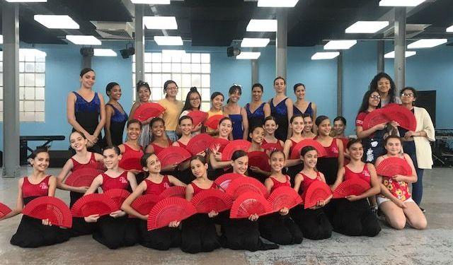 Integrantes del Proyecto Dale durante su viaje a Cuba junto a niñas de la compaía Litz Alfonso. Foto: Cortesía de Maday Martínez.