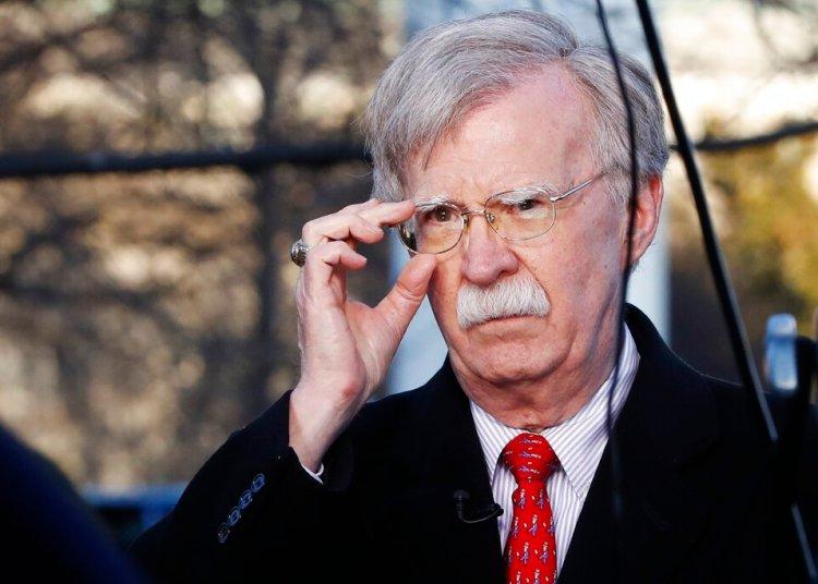 En esta foto de archivo del 5 de marzo de 2019, el asesor de seguridad nacional de Estados Unidos, John Bolton, se ajusta las gafas antes de una entrevista en la Casa Blanca en Washington. Foto Jacquelyn Martin / AP / Archivo.