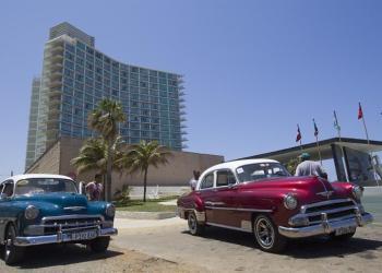 Dos automóviles estadounidenses clásicos estacionados frente al Hotel Riviera este miércoles en La Habana (Cuba). Foto: Yander Zamora / EFE.