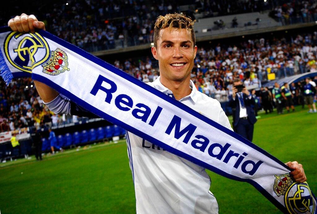 ARCHIVO - En esta foto de archivo del 21 de mayo de 2017, Cristiano Ronaldo, del Real Madrid, festeja tras conseguir el título de La Liga española, al final de un encuentro ante el Málaga (AP Foto/Daniel Tejedor, archivo)