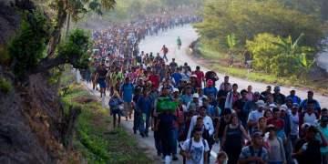 Migrantes centroamericanos que forman parte de una caravana rumbo a la frontera entre México y Estados Unidos, camina por la carretera en Escuintla, Chiapas, México, el sábado 20 de abril de 2019. Foto: Moisés Castillo/AP.