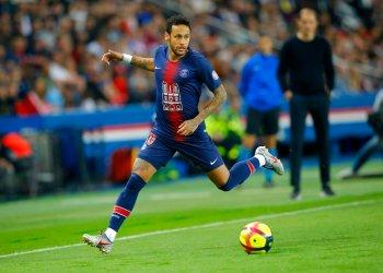 El delantero brasileño Neymar del Paris Saint-Germain se desplaza con el balón en el partido ante Mónaco por la liga francesa, en París, el domingo 21 de abril de 2019. Foto: Michel Euler / AP.