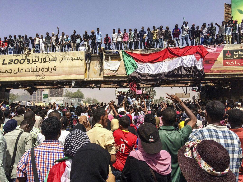 Unas personas protestan cerca de la sede del Ejército, el martes 9 de abril de 2019, en Jartum, Sudán. (AP Foto)