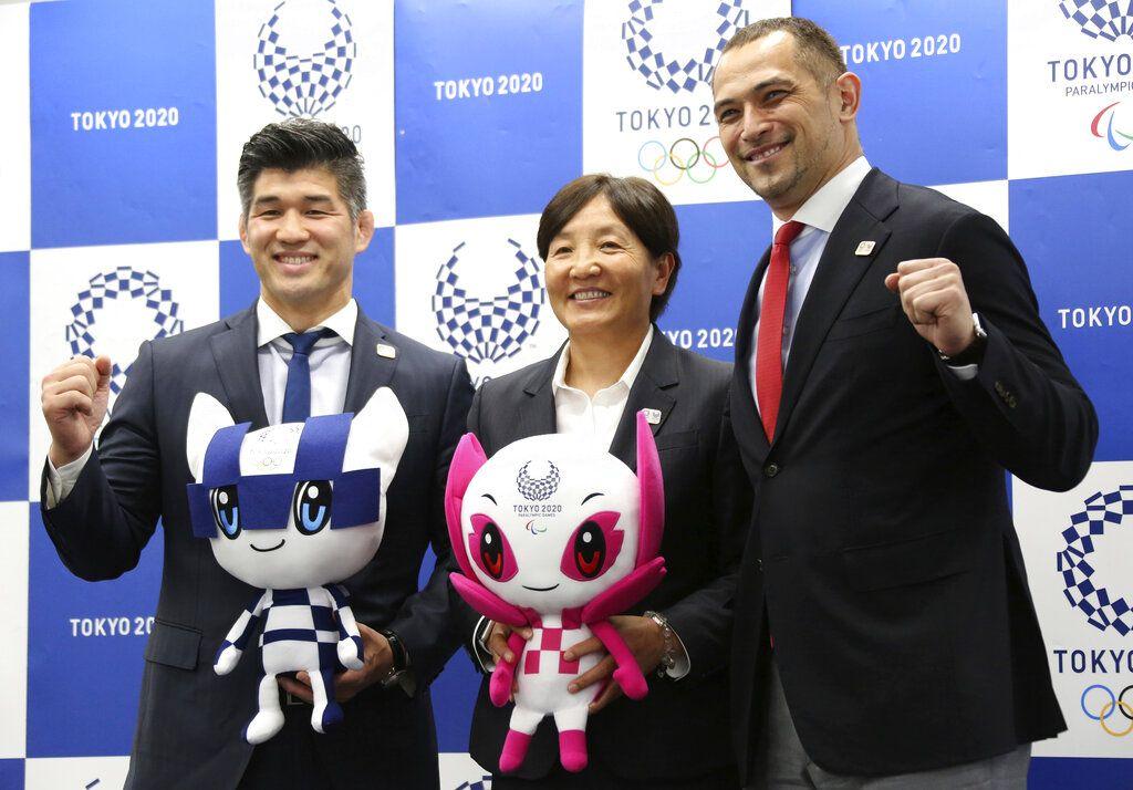 De izquierda a derecha, el técnico de la selección japonesa de judo masculino; Kosei Inoue, la entrenadora del equipo japonés de softball femenino, Reika Utsugi, y el director deportivo de Tokio 2020, Koji Murofushi, posan para una foto tras una rueda de prensa para presentar el horario detallado de los Juegos Olímpicos, en Tokio, el martes 16 de abril de 2019. (AP Foto/Koji Sasahara)