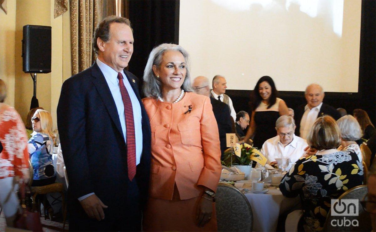 Una asistente se toma una foto con el ex congresista republicano Lincoln Díaz-Balart, durante el evento. Foto: Marita Pérez Díaz.