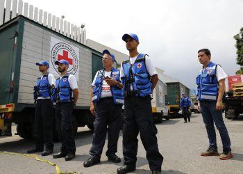 Voluntarios coordinan la llegada a una bodega de los camiones que transportan la ayuda humanitaria de la Federación Internacional de Sociedades de la Cruz Roja y de la Media Luna en Caracas, Venezuela, el martes 16 de abril de 2019. Foto: Ariana Cubillos / AP.