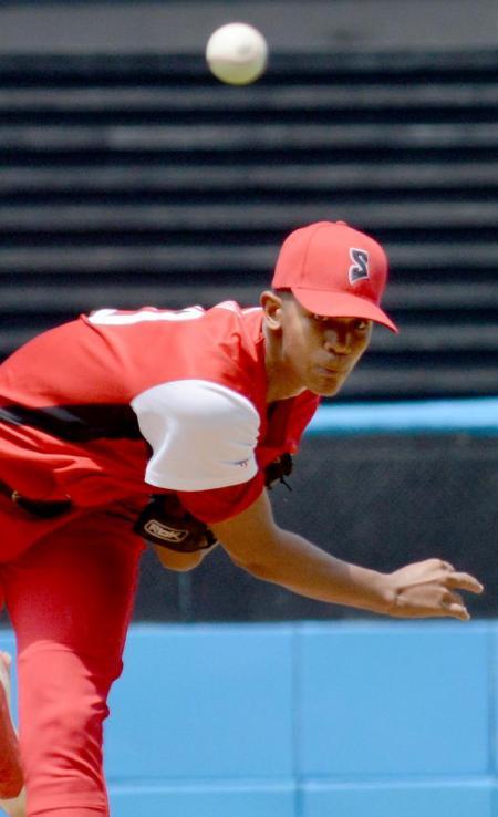 Norge Carlos Vera en su debut en el estadio Latinoamericano como lanzador de Series Nacionales. Foto: Ricardo López Hevia