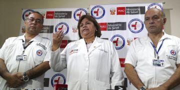 La Ministra de Salud, Zulema Tomas, en el centro, habla en una conferencia de prensa en el hospital Casimiro Ulloa donde el expresidente peruano Alan García es operado luego de que se disparó en Lima, Perú, el miércoles 17 de abril de 2019. (AP Foto / Martín Mejía)