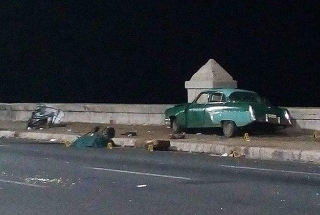 Auto accidentado en la madrugada del 19 de mayo de 2019 en el malecón habanero, en un hecho que dejó que cuatro fallecidos hasta el momento y una veintena de lesionados. Foto: Agencia Cubana de Noticias.
