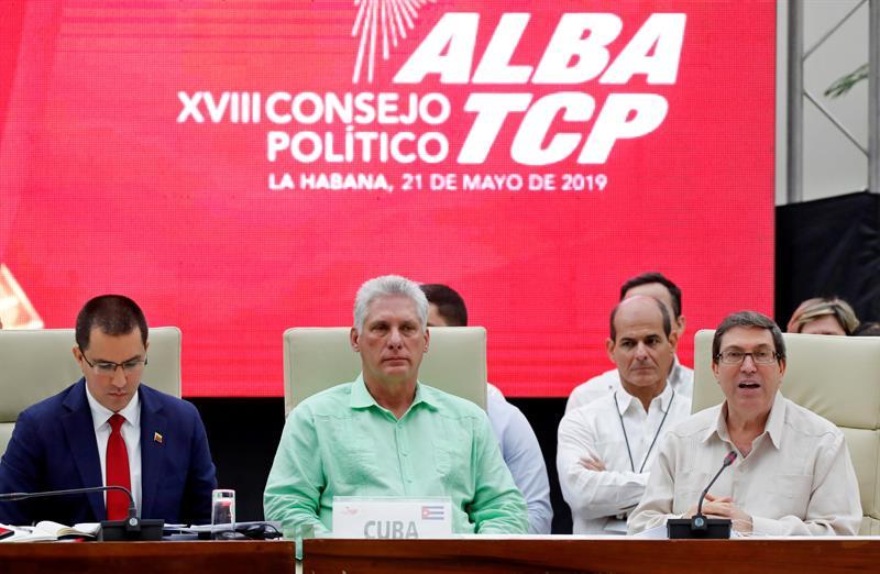El presidente de Cuba, Miguel Diaz-Canel, los cancilleres de Cuba, Bruno Rodríguez y de Venezuela, Jorge Arreaza, participan en la inauguración del XVIII Consejo Político de la Alianza Bolivariana para los Pueblos de Nuestra América-Tratado de Comercio de los Pueblos (ALBA-TCP), con la presencia de varios ministros de Relaciones Exteriores de cada país miembro en La Habana. Foto: EFE/Ernesto Mastrascusa.