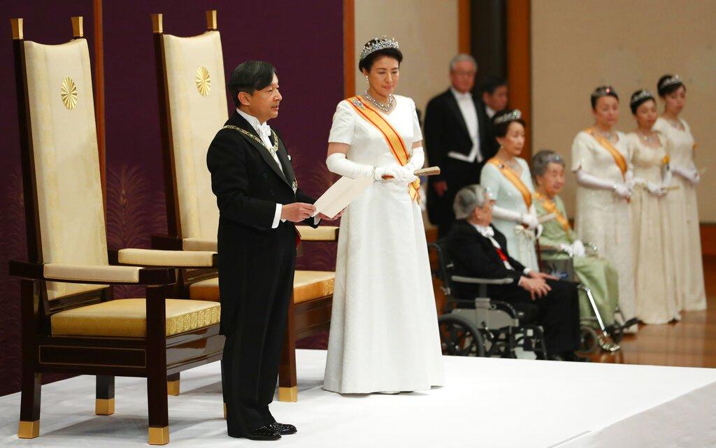 El nuevo emperador de Japón, Naruhito, acompañado por la nueva emperatriz, Masako, ofrece su primer discurso tras asumir el trono luego de la abdicación de su padre, Akihito, en el Palacio Imperial, en Tokio, el 1 de mayo de 2019. (Japan Pool via AP)