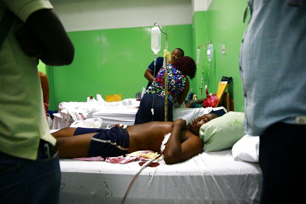 Berlin Sylveste es atendido en la sala de emergencia del Hospital General tras haber sido baleado, en Puerto Príncipe, Haití, el jueves 25 de abril del 2019. (AP Foto/Dieu Nalio Chery)