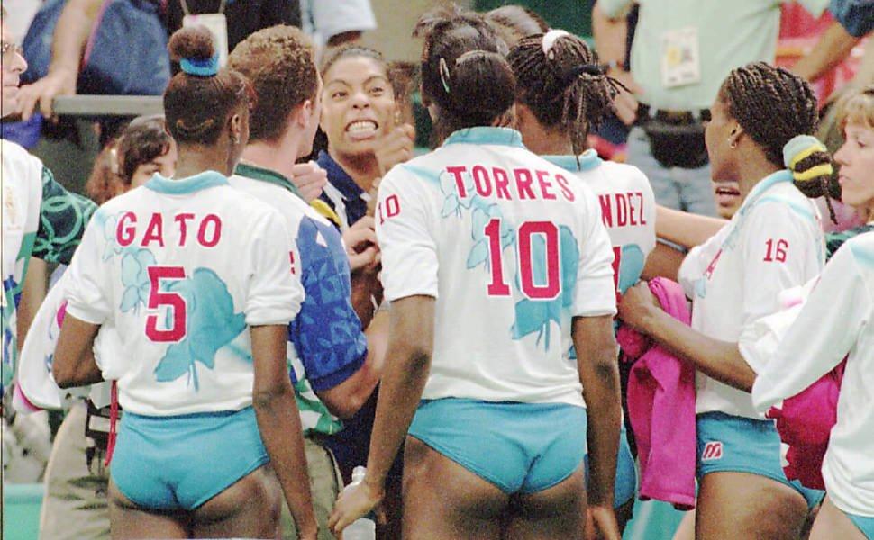 Idalmis Gato (de espaldas) en un partido de las Morenas del Caribe contra Brasil, uno de los grandes rivales cubanos en la década del 90 del siglo pasado. Foto: Getty Images.