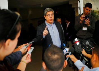 El director general de asuntos estadounidenses de la cancillería cubana, Carlos Fernández de Cossío, habla con reporteros en La Habana el 12 de diciembre de 2018. Foto: Desmond Boylan / AP.