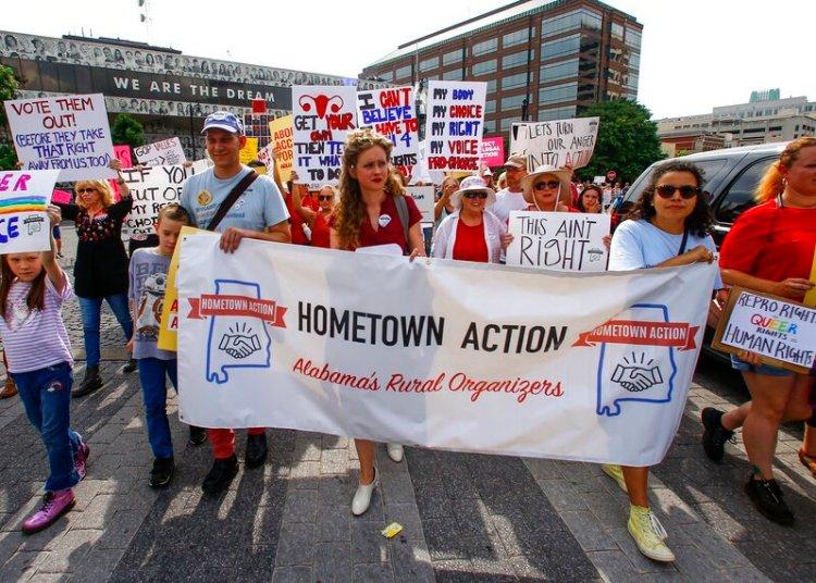 Manifestantes por los derechos de la mujer marchan al Congreso de Alabama para protestar la sanción de una ley que criminaliza el aborto en casi todos los casos, sin excepciones para la violación o el incesto, en Montgomery, Alabama, 19 de mayo de 2019. Foto: Butch Dill / AP / Archivo.