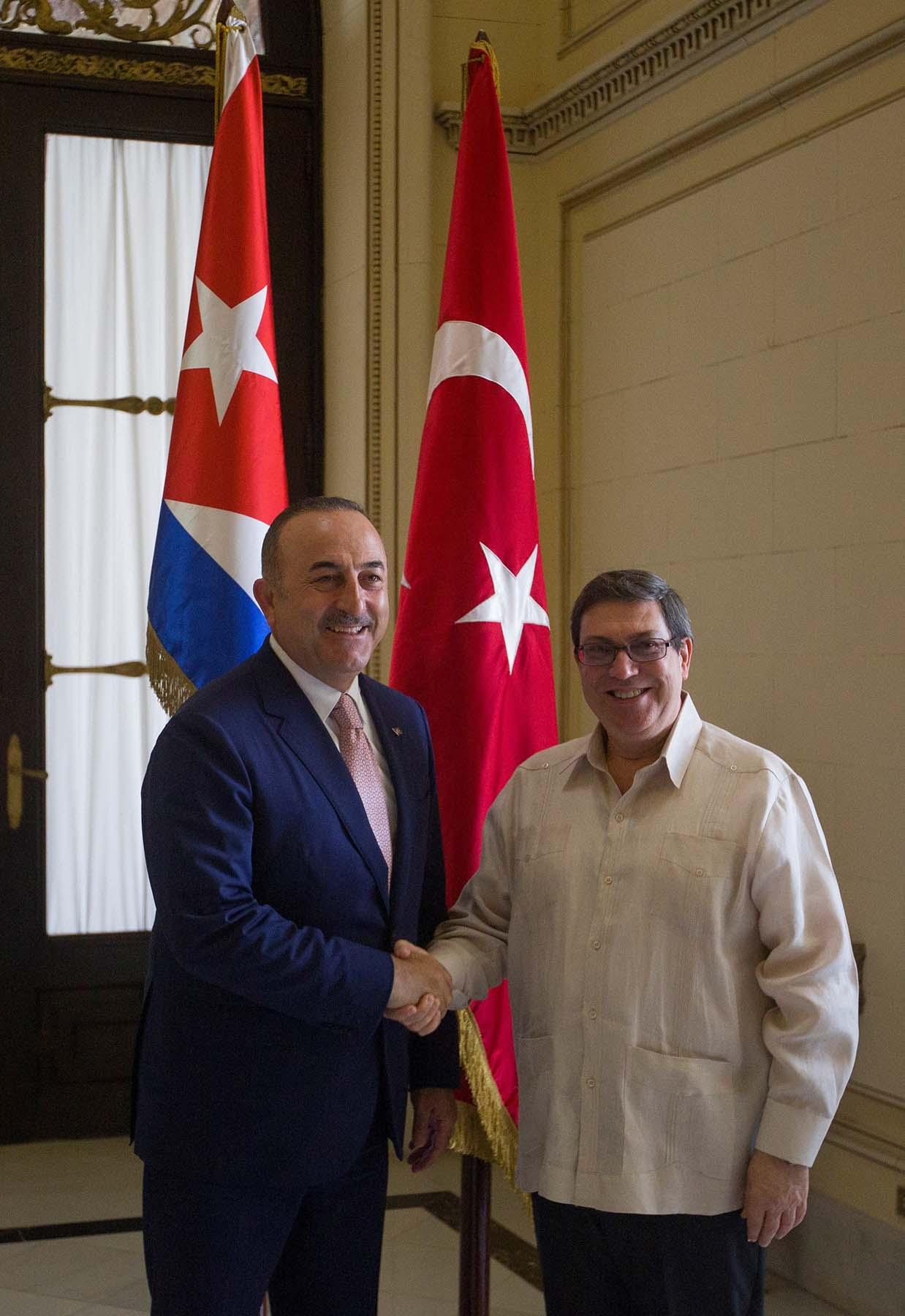 El ministro de Exteriores de Cuba, Bruno Rodríguez (d), recibe a su homólogo de Turquía, Mevlüt Çavusoglu (i), quien le propuso un encuentro oficial en Ankara entre los presidentes de ambos países. Foto: Yander Zamora / EFE.