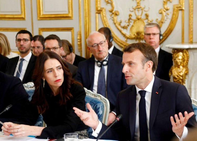 El presidente francés Emmanuel Macron (der) y la primera ministra de Nueva Zelanda Jacinda Ardern asisten a una reunión en el Palacio del Eliseo, París, miércoles 15 de mayo de 2019, sobre la manera de impedir la transmisión online de actos extremistas violentos. Foto: Charles Platiau/Pool vía AP.
