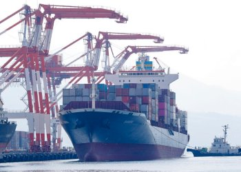 El carguero M/V Bavaria se prepara para atracar en el puerto de Subic, en la provincia de Zambales, noroeste de Filipinas, el jueves 30 de mayo de 2019, para ser cargado de basura que será devuelta a Canadá y que según las autoridades locales fue traída en forma ilegal al país asiático. (AP Foto/Aaron Favila)