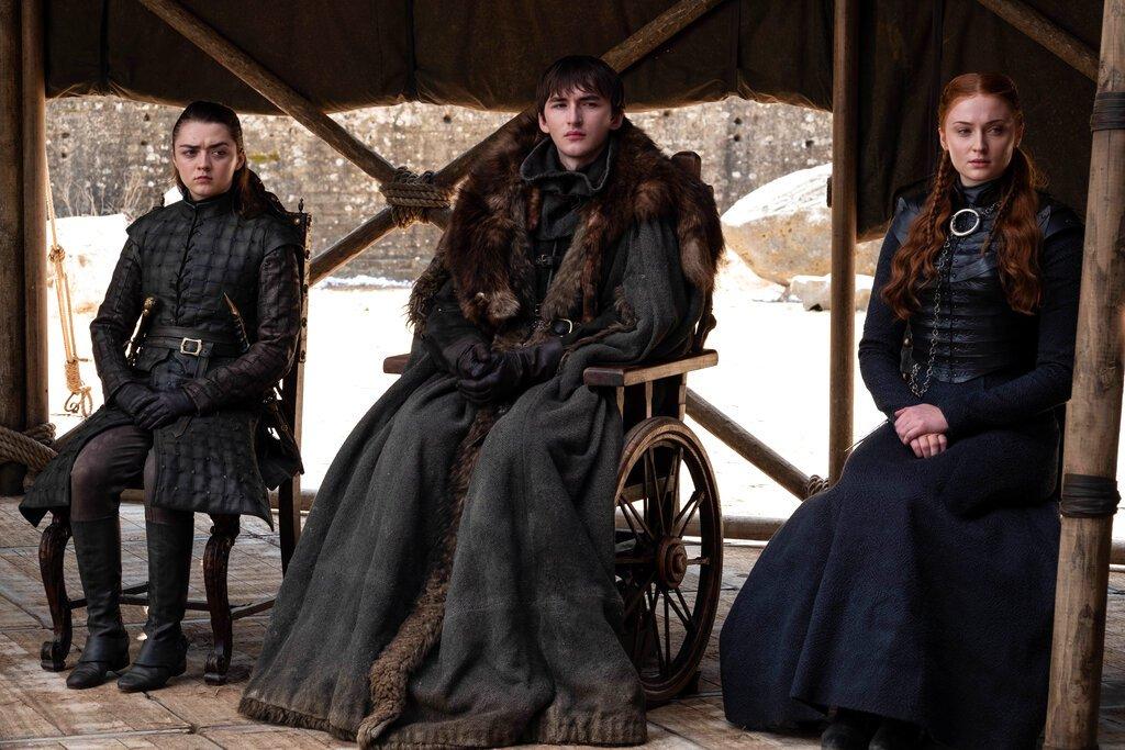 """En esta imagen difundida por HBO, Maisie Williams, Isaac Hempstead Wright y Sophie Turner, de izquierda a derecha, en una escena del capítulo final de """"Game of Thrones"""" que se transmitió el domingo 19 de mayo del 2019. Foto: HBO vía AP."""