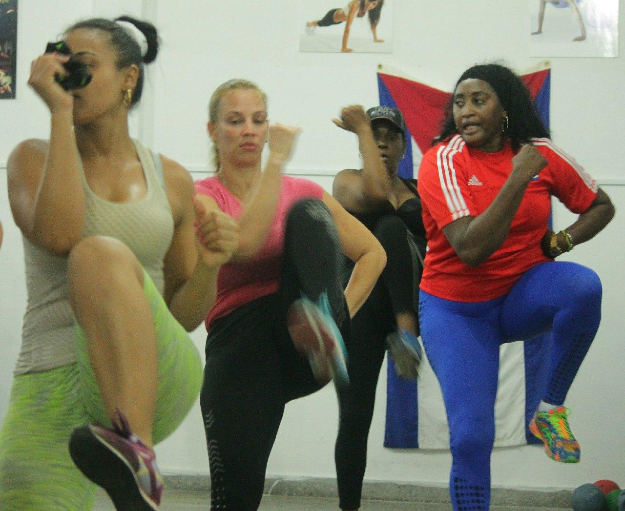Idalmis imparte clases de ejercicios aeróbicos a un grupo de muchachas en Centro Habana. Foto: Boris Luis Cabrera.