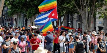 Activistas por los derechos LGBTIQ participan en una marcha este sábado 11 de mayo del 2019 por el Paseo del Prado en La Habana (Cuba). Foto: Ernesto Mastrascusa / EFE.