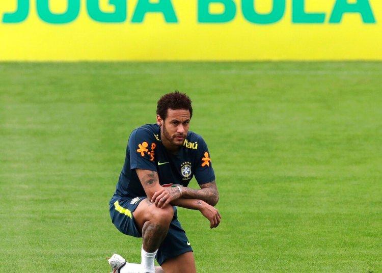 Neymar se arrodilla durante una práctica de la selección brasileña en Teresópolis, el sábado 25 de mayo de 2019 Foto: Silvia Izquierdo / AP.