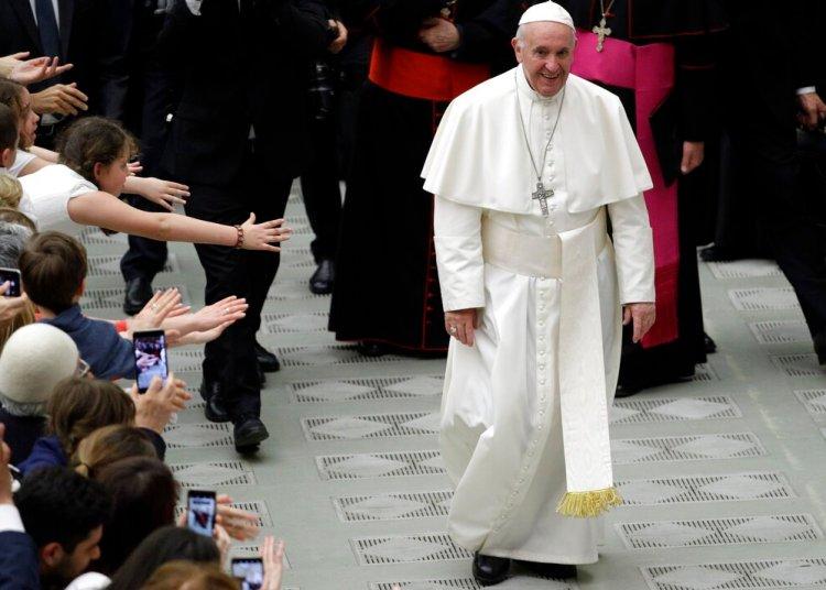 """Fieles tratan de tocar al papa Francisco durante una audiencia con participantes de una peregrinación en el Aula Paulo VI en el Vaticano, sábado 25 de mayo de 2019. El Papa dijo que el aborto equivale a """"contratar a un asesino"""". Foto: Andrew Medichini / AP."""