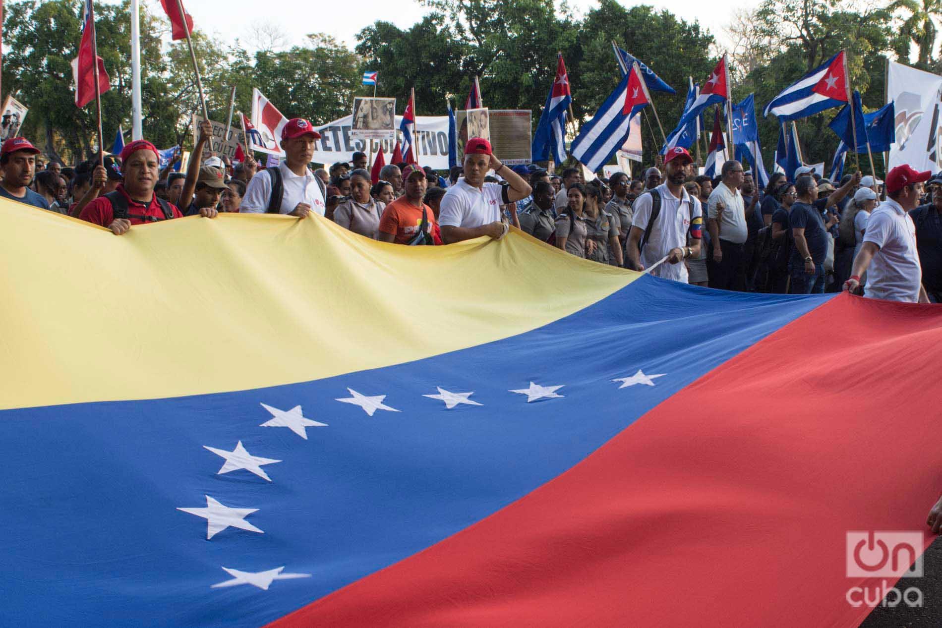 """Bandera de Venezuela en el desfile por el Día Internacional de los Trabajadores, el 1ro de mayo de 2019 en la Plaza de la Revolución """"José Martí"""" de La Habana. Foto: Otmaro Rodríguez."""