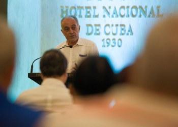 El embajador de la Unión Europea en Cuba, Alberto Navarro, habla durante una reunión del Ministerio de Inversión Extranjera de la Isla con empresarios y diplomáticos, en el Hotel Nacional de Cuba, en La Habana. Foto: Yander Zamora / EFE.