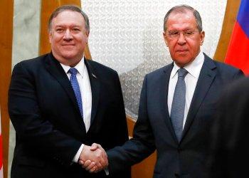 El secretario de Estado norteamericano Mike Pompeo, izquierda, y el canciller ruso Serguei Lavrov se estrechan las manos antes de su reunión en Sochi, Rusia, martes 14 de mayo de 2019. (AP Foto/Pavel Golovkin, Pool)