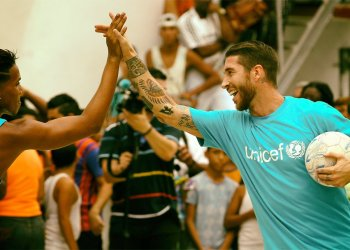 Sergio Ramos durante su viaje anterior, celebra ndo un gol con un joven cubano. Foto: Tomada de Online Tours