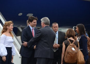 A su llegada a la isla en noviembre de 2016, Justin Trudeau fue recibido por Miguel Díaz-Canel Bermúdez, entonces primer vicepresidente de los Consejos de Estado y de Ministros. Foto: Joaquín Hernández Mena/Trabajadores.