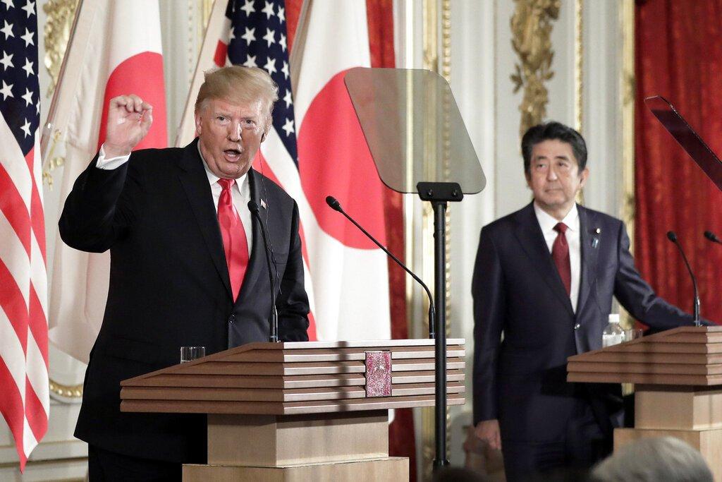 El presidente de Estados Unidos, Donald Trump, a la izquierda, habla mientras el primer ministro de Japón, Shinzo Abe, escucha durante una rueda de prensa en el Palacio de Akasaka en Tokio, el lunes 27 e mayo de 2019. (Kiyoshi Ota/Pool Photo via AP)