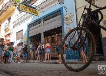 Turistas en los alrededores de la Bodeguita del medio, en La Habana. Foto: Otmaro Rodríguez.