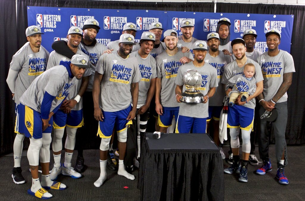 Los Warriors de Golden State posan con el trofeo de campeones de la Conferencia del Oeste, tras barrera a los Trail Blazers de Portland, el lunes 20 de mayo de 2019 Foto: Craig Mitchelldyer / AP.