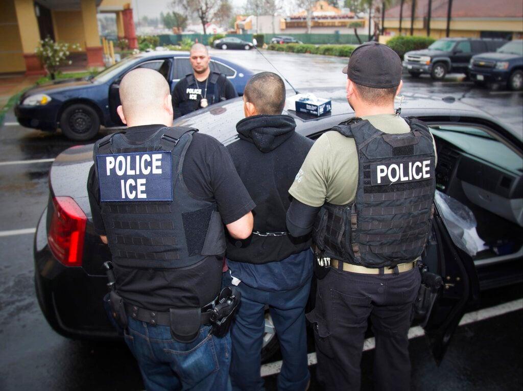En esta fotografía de archivo del 7 de febrero de 2017, publicada por el Servicio de Control de Inmigración y Aduanas de Estados Unidos, un extranjero es arrestado durante un operativo contra inmigrantes no autorizados, en Los Ángeles. Foto: Charles Reed/Servicio de Control de Inmigración y Aduanas vía AP/ Archivo.