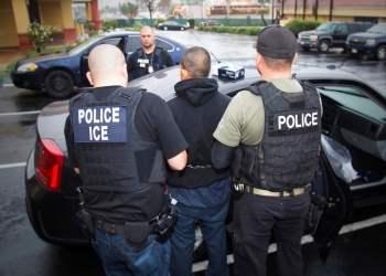 En esta fotografía de archivo del 7 de febrero de 2017, publicada por el Servicio de Control de Inmigración y Aduanas de Estados Unidos, un extranjero es arrestado durante un operativo contra inmigrantes no autorizados, en Los Ángeles. Foto: Charles Reed/Servicio de Control de Inmigración y Aduanas vía AP, archivo.