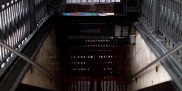 Un empleado del metro detrás de una puerta cerrada en una estación de Buenos Aires, durante un apagón el domingo 16 de junio de 2019. (AP Foto/Tomas F. Cuesta)