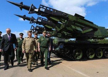Los ministros de Defensa de Cuba, Leopoldo Cintras Frías (4-i), y Rusia, Serguei Shoigu (2-d), durante un intercambio entre los altos mandos militares de ambos países. Foto: hispantv.com / Archivo.