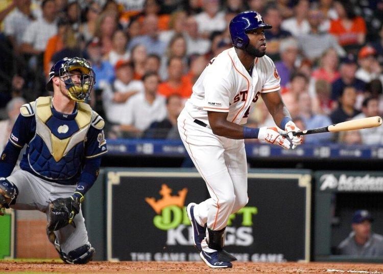 El cubano Yordan Álvarez, bateador designado de los Astros de Houston, conecta un jonrón de dos carreras ante los Cerveceros de Milwaukee, el martes 11 de junio de 2019. Foto: Eric Christian Smith / AP.
