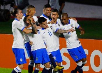 Philippe Coutinho (centro) festeja con sus compañeros el primer gol de Brasil en la victoria 3-0 ante Bolivia en la Copa América en Sao Paulo, el viernes 14 de junio de 2019. Foto: Nelson Antoine / AP.