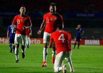 El delantero Eduardo Vargas (centro) festeja tras marcar el segundo gol de Chile en el partido ante Japón en el Grupo C de la Copa América en Sao Paulo, el lunes 17 de junio de 2019. Foto: Víctor R. Caivano / AP.