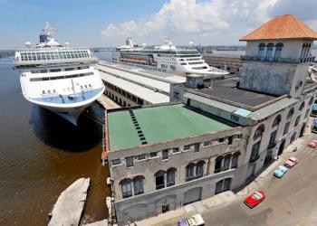 Vista de varios cruceros atracados en la terminal de cruceros de La Habana el 4 de junio de 2019. Foto: Ernesto Mastrascusa / EFE.